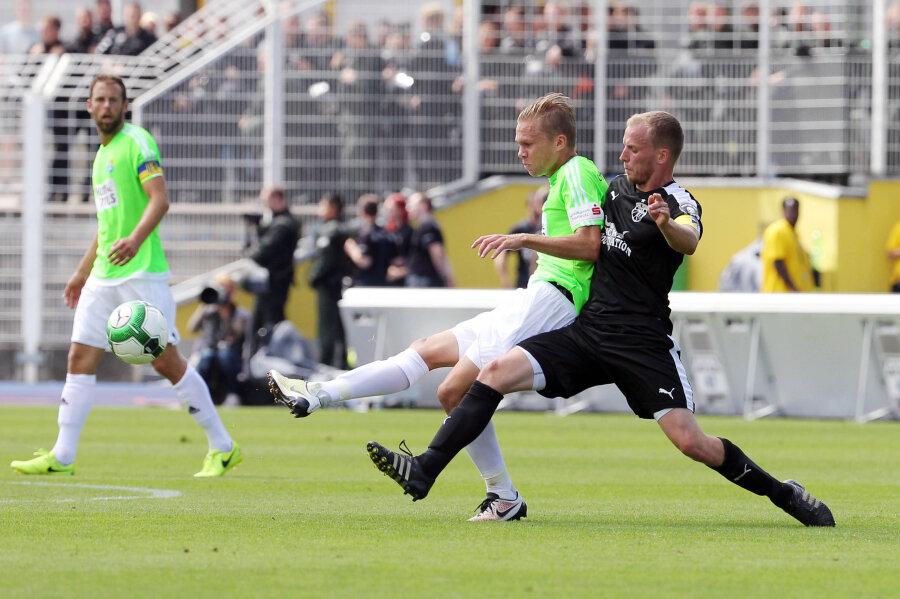 Der Chemnitzer Spieler Dennis Grote im Zweikampf mit dem Jenaer René Eckardt.