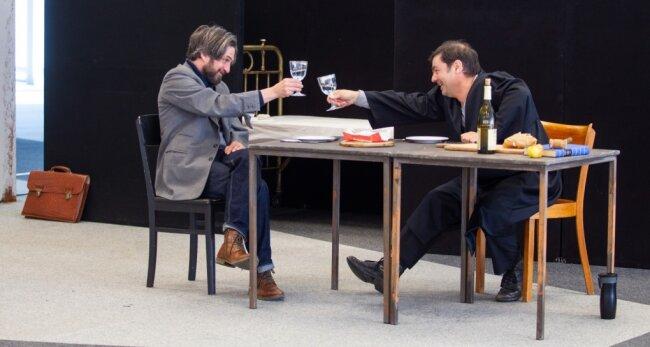Beim Trinken sind sich Gerichtsrat Walter (Daniel Koch, links) und Dorfrichter Adam (Olaf Hais) einig. Dabei wird viel geflunkert.