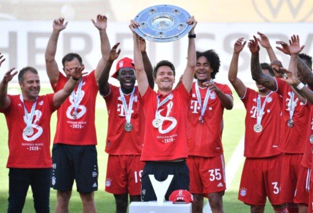 Ein Zwickauer mit der Meisterschale. Ähnliche Fotos von Danny Röhl aus dem Jahr 2020 gibt es unter anderem auch mit dem DFB-Pokal und der Champions-League-Trophäe.