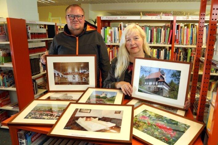 René Ilausky und Ines Schlösser mit einigen Fotos vom Berggasthaus, die in der Ausstellung in der Hans-Zesewitz-Bibliothek an der Hohenstein-Ernstthaler Herrmannstraße zu sehen sind.