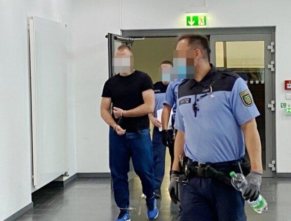 Dem vorbestraften Angeklagten - hier auf dem Weg in den Gerichtssaal - werden mehrere schwere Diebstähle und Einbrüche sowie Fahren ohne Fahrerlaubnis und Besitz illegaler Drogen vorgeworfen.