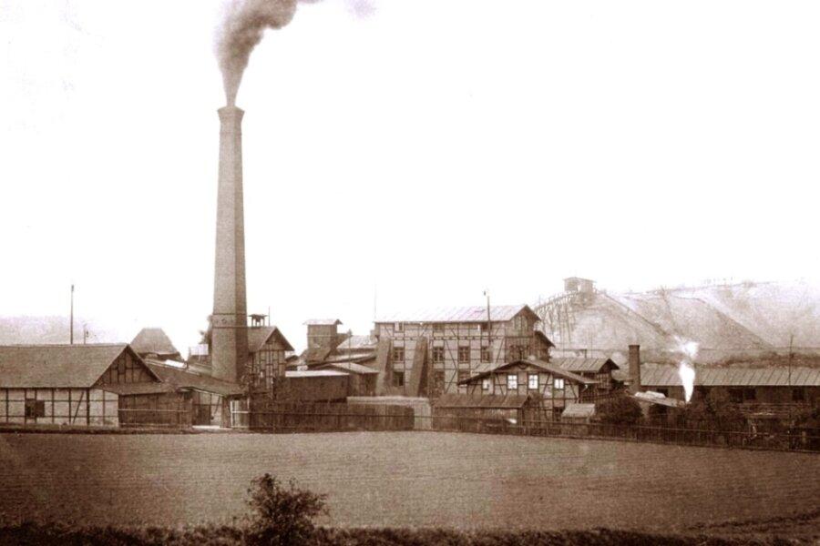 Das Foto zeigt den Morgensternschacht I um 1880. Im Hintergrund sind die Halde und die Holz-Huntebrücke zu sehen.