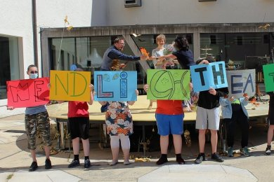 """Schüler des Förderzentrums in St. Michaelis hatten für den Besuch der Vorstellung """"Gold!"""" auf dem Schlossplatz eine Überraschung parat."""