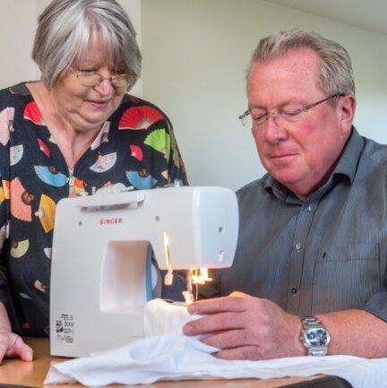 Jens Kaltofen, Leiter der Volkshochschule, versuchte sich unter Anleitung von Schneiderin Margrit Stockdreher im Vorfeld der Ferienakademie an einer Nähmaschine. Besonders das sogenannte Upcycling, bei dem aus nicht mehr benötigten Textilien Neues entsteht, liegt im Trend.