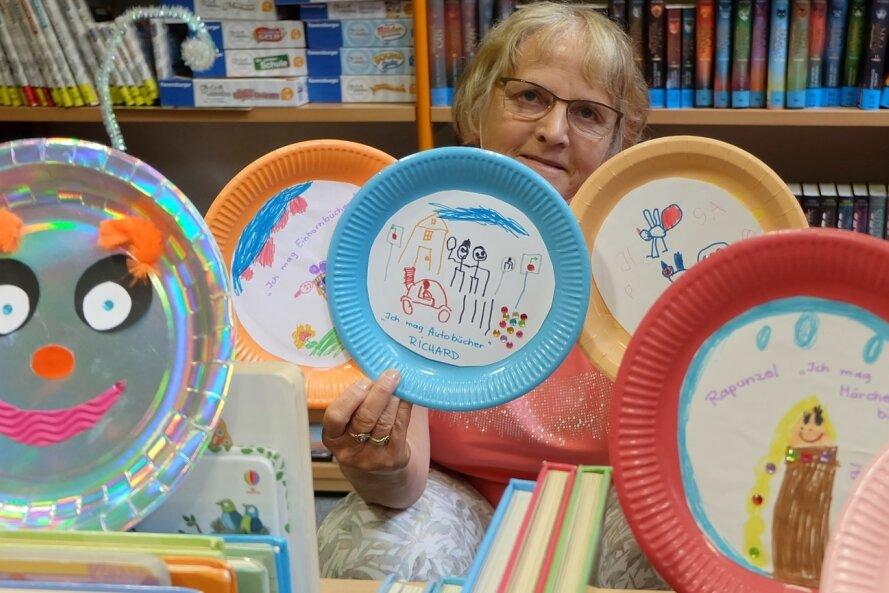 In der Bibliothek Oelsnitz gestalten die am Buchsommer teilnehmenden Kindern eine Lese-Raupe aus Papptellern. Die ersten Exemplare sind bereits beiBibliothekarin Heidrun Dohle eingegangen, sie stammen von Kindergartenkindern, die den Buchsommer symbolisch eröffnet haben.