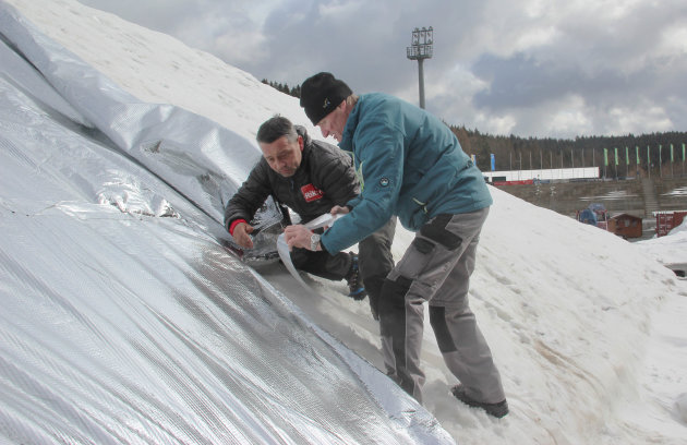 Schnee in Vogtland-Arena wird eingepackt