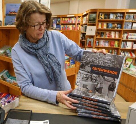 Andrea Jakob, Inhaberin der Klis'schen Buchhandlung, mit dem neuen Buch zu Wende und Einheit in der Region.