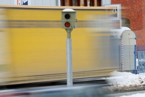 Kleines Gerät, große Wirkung: Der neue Blitzer an der B 93 stadteinwärts schießt mit Abstand die meisten Fotos in Zwickau.