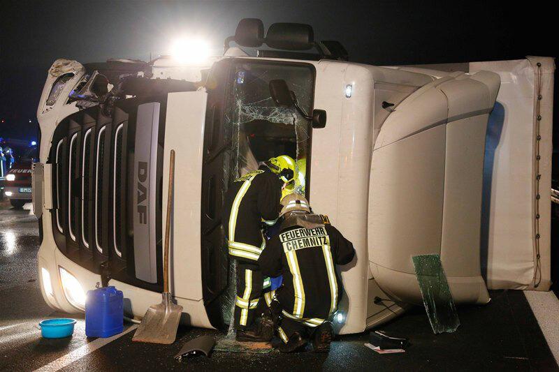 Ausweichmanöver: Laster auf A72 umgekippt