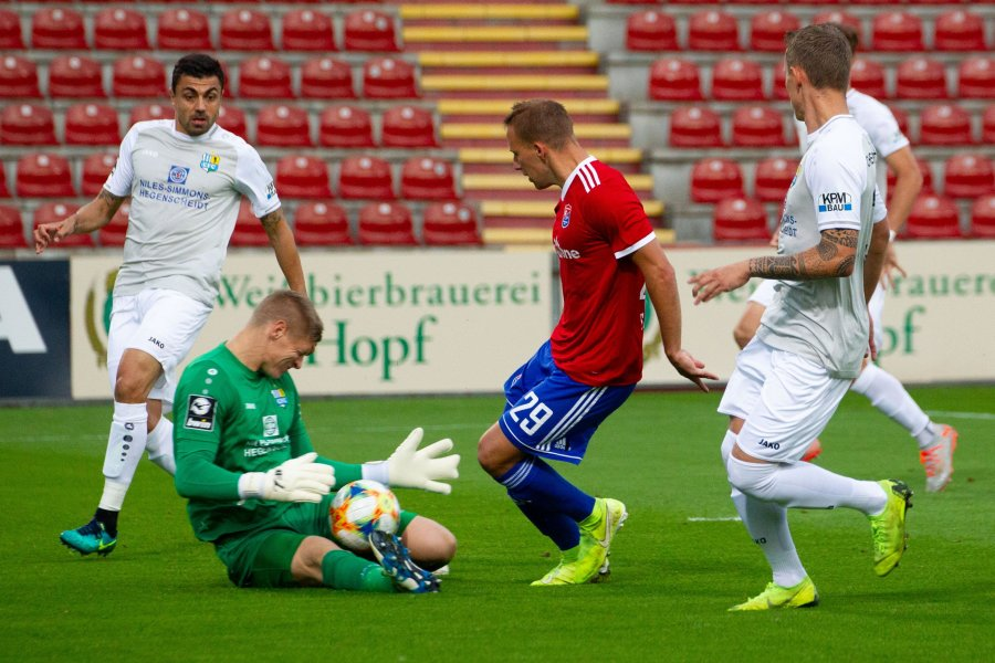 Hier klärt Jakub Jakubov gegen Hachings Felix Schröter. Zweimal musste der CFC-Torwart dann aber doch den Ball aus dem Netz holen
