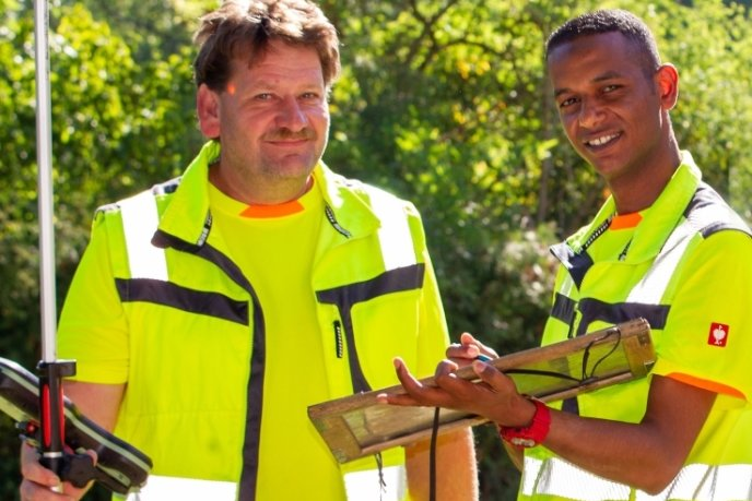 Der 33-jährige Fadhil Salem (rechts), der 2014 aus Libyen nach Deutschland kam, hat die Ausbildung zum Vermessungstechniker abgeschlossen (hier mit Stephan Kästner vom Vermessungsbüro Barth).