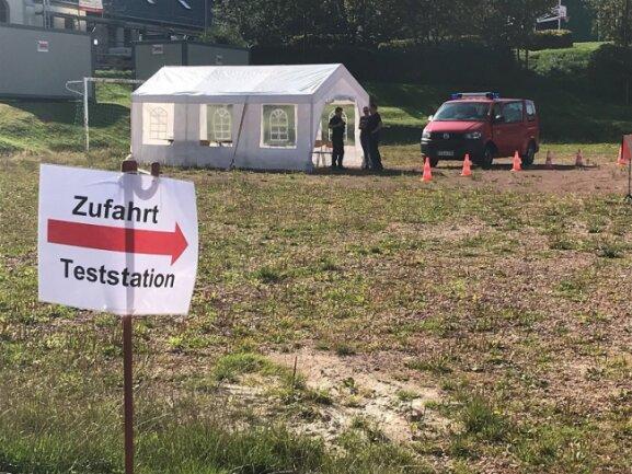 Der erzgebirgische Katastrophenschutz hat in Auerbach eine Corona-Teststation aufgebaut.