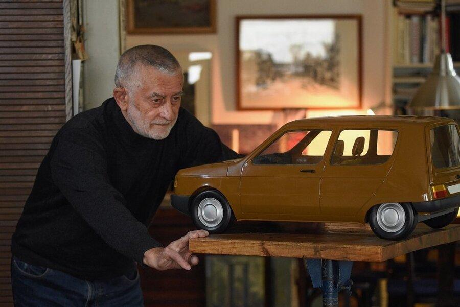 Der Chemnitzer Formgestalter Karl Clauss Dietel mit dem von ihm entworfenen, aus Holz gefertigten Originalmodell eines Pkw aus den 1970er-Jahren.
