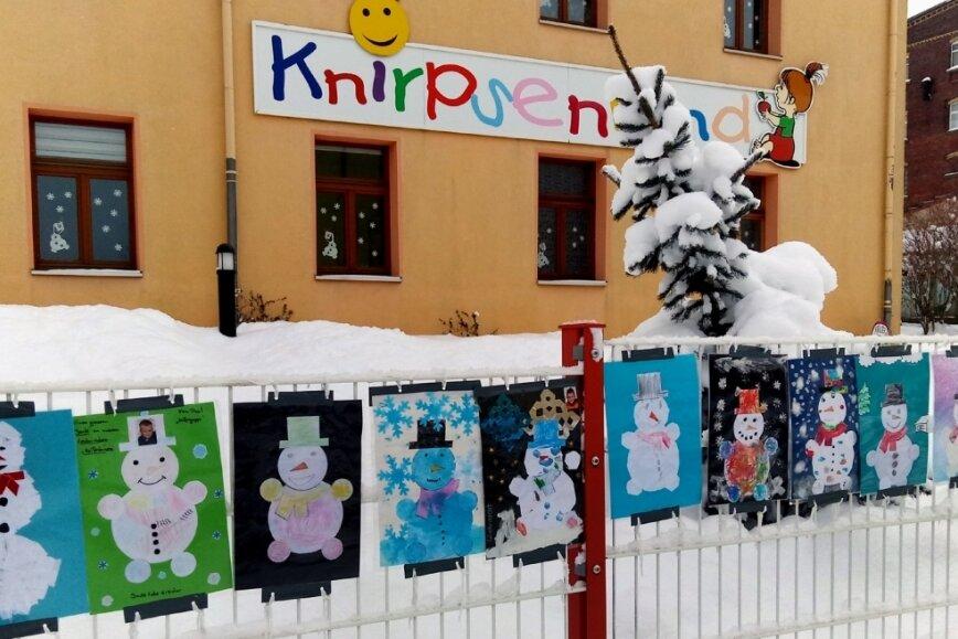 Knirpsenland-Kinder feiern Fasching und malen Schneemänner