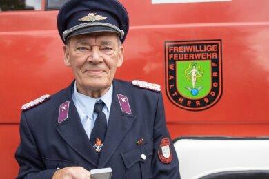 Seit 75 Jahren gehört Gottwald Süß der Freiwilligen Feuerwehr Walthersdorf an, wurde dafür an seinem 89. Geburtstag mit der Verdienstmedaille des Kreisfeuerwehrverbandes Erzgebirge geehrt. Mehr als 30 Jahre lang arbeitete er bei der Berufsfeuerwehr Annaberg. An viele Einsätze erinnert er sich noch genau.