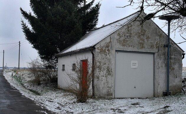 Das Gerätehaus der Feuerwehr in Erlebach steht noch, obwohl die Wehr 2006 aufgelöst wurde. Derzeit ist es vermietet. Ob es einmal wieder seiner ursprünglichen Bestimmung dienen wird, ist unklar.