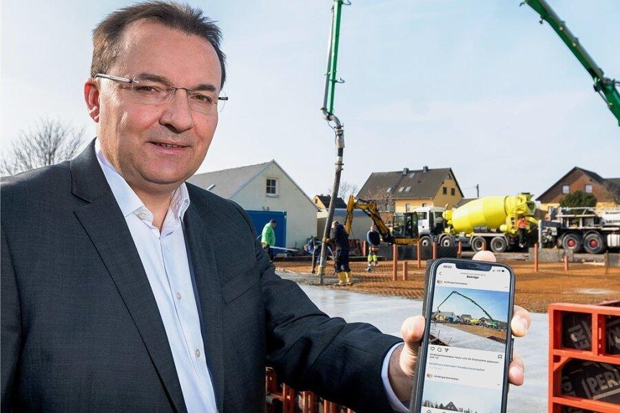 Bürgermeister Ingolf Wappler nutzt soziale Medien, um Einwohner über das aktuelle Geschehen in Pockau-Lengefeld auf dem Laufenden zu halten. In Wernsdorf hat er die Arbeiten für den Kita-Neubau dokumentiert.