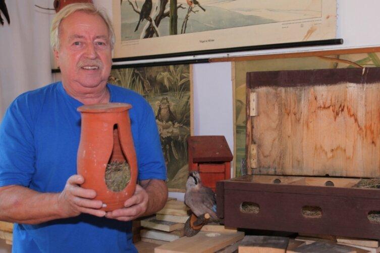 Der Vorsitzende des Heimatvereins Johannes Heyder präsentiert ein früher als Vogelfalle genutztes Gefäß, das in der Schau zu sehen ist.