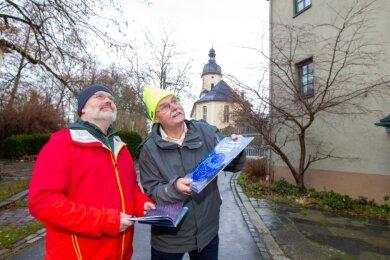 Sie blicken gern in den Himmel: Geisdorfs Pfarrer Tilo Kirchhof (links) und Naturkundelehrer Bernd Hüttner. Durch ihr Engagement soll bald jedermann Gelegenheit haben, den Sternen ganz nah zu sein.