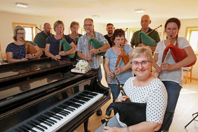 Extra fürs Foto sind die Schüler von Karin Beier (vorn), die mit Abstand im Geyer-Haus musiziert haben, einmal kurz zusammengerückt.