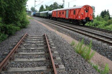"""Auf dem Gebiet des ehemaligen """"VEB Nickelhütte St. Egidien"""" wurden früher Unmengen an Rohstoffen über die Schiene transportiert. Heute endet so manches Gleis im Nirgendwo."""