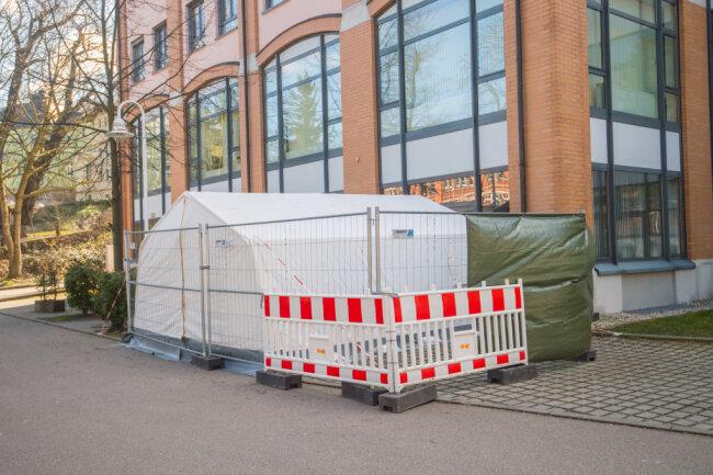 Direkt an der Nicolaipassage in Aue ist dieses Zelt am Wochenende errichtet worden - wohl für Corona-Verdachtsfälle.
