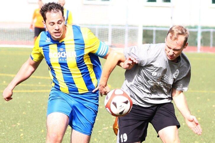 Mit dem FSV Zschopau/Krumhermersdorf befindet sich Micha Seidel (r.) derzeit auf Erfolgskurs. Beim VfB Annaberg II - hier geht Kapitän Patrick Nestler ins Laufduell - gewannen die Gäste mit 1:0.