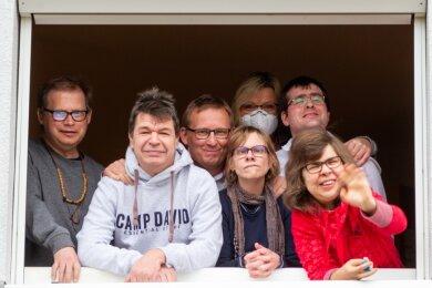 Sechs der acht Frauen und Männer der Wohngruppe in der Plauener Rilkestraße und Betreuerin Antje Otto (mit Maske): Vor Corona haben sie keine Angst, denn sie wurden behutsam aufgeklärt. Regelmäßig werden sie auch getestet. Einen Krankheitsfall gab es seit März noch nicht.