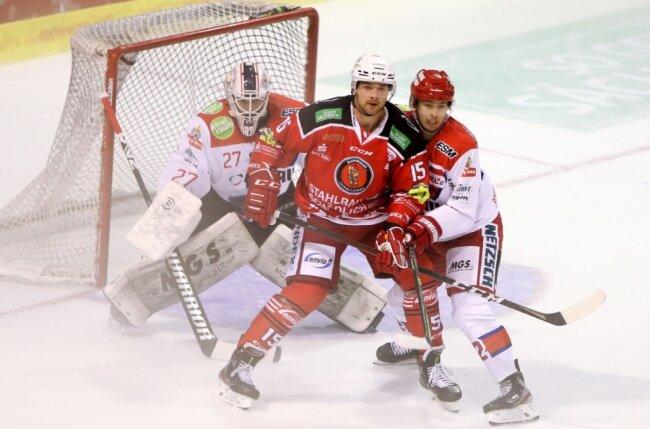 Ole Olleff (Mitte) und die Eispiraten gingen gegen Selb zweimal als Verlierer vom Eis.