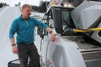 In seinem Bison verfestigt und glättet Schanzenchef Sören Schröter den Aufsprunghang für das Weltcup-Finale.