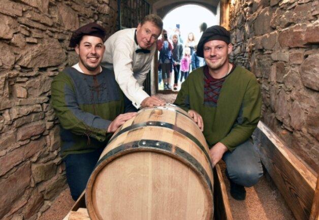 Whisky-Experte Wolfgang Lückert (Mitte) präsentiert mit den zünftig gekleideten Hausmeistern Franz Vieweger (l.) und Tim Laßner das 100-Liter-Fass.