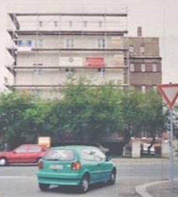 Der eingerüstete Wohnturm im Juli 1997.