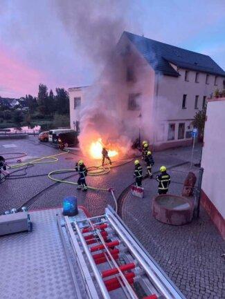 Am Mühlplatz in Rochlitz ist am Samstagmorgen vor einer E-Lade-Säule ein Auto ausgebrannt - allerdings kein Elektrofahrzeug.