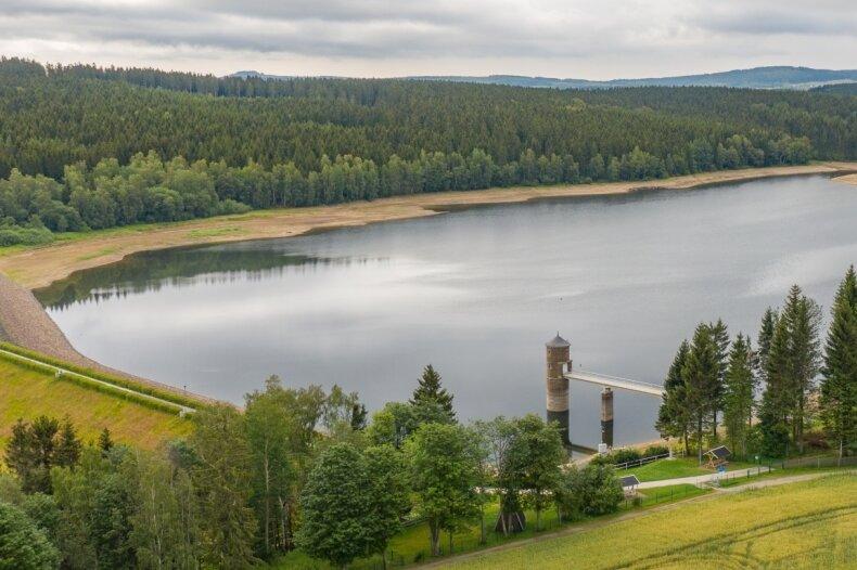 Aktuell befinden sich nach Angaben der Landestalsperrenverwaltung in der Talsperre Cranzahl etwa 1,72 Millionen Kubikmeter Wasser. Das entspricht einem Füllstand von etwas mehr als 60 Prozent. Das Stauziel der Anlage liegt bei 2,85 Millionen Kubikmeter.