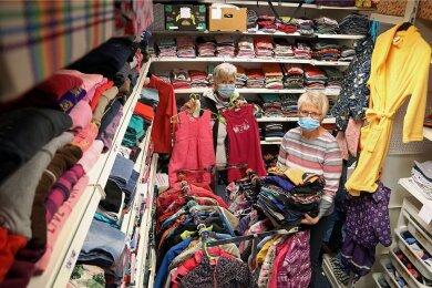 Sylvia Bock (links) und Gudrun Eckl halten im Lichtensteiner Kindermarkt weiter Ordnung, auch wenn die Regale der gemeinnützigen Einrichtung überfüllt sind.