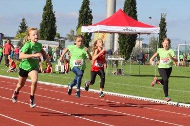 Bei diesem Foto lohnt es sich, genau hinzuschauen: Die vier Mädels scheinen hier im Sprint regelrecht dem Ziel entgegenzufliegen.
