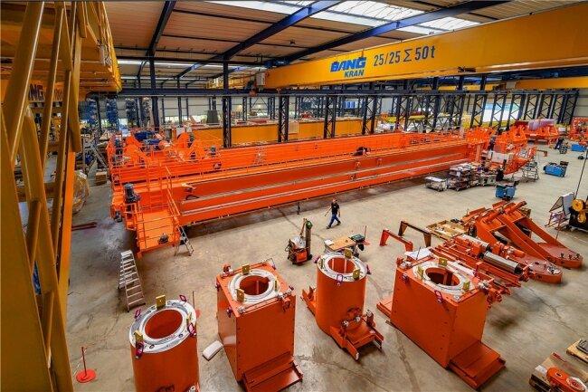Die Prozesskräne, die das Unternehmen herstellt, haben eine Tragkraft von bis zu 500 Tonnen und eine Spannweite bis zu 50 Metern.