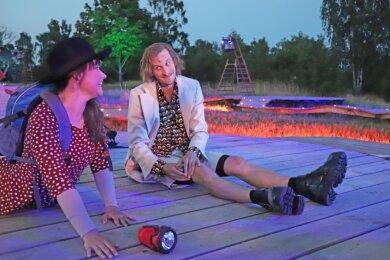 Der Flirt von Hermia (Anna Bittner) und Lysander (Peter Peniaska) läuft bald ordentlich aus dem Ruder.