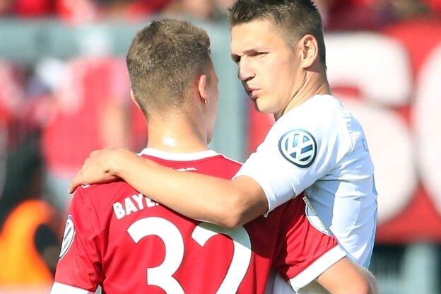 Bayern-Verteidiger Joshua Kimmich (links) begrüßt CFC-Stürmer Daniel Frahn vor dem Spiel.