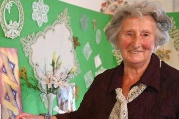 """""""Ich probiere alles aus"""", sagt Christa Petzold. Sie klöppelt mit 91 Jahren immer noch gern."""