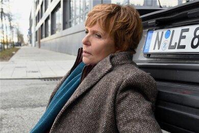 Noch benommen vom Aufprall hat Kommissarin Ellen Lucas (Ulrike Kriener) im Kofferraum des Unfallwagens eine Leiche entdeckt.
