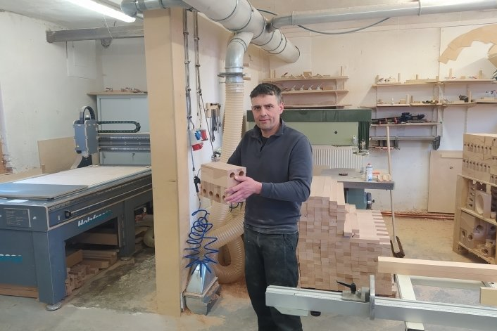 Matthias Kaden, Chef der Firma Kaden & Kaden Holzgestaltung, in der Produktionshalle. Hier werden Kugelbahnen hergestellt, die sogar nach Japan und Australien exportiert werden.