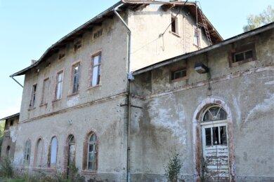 Die Gemeinde Leubsdorf will den alten Bahnhof in Hohenfichte kaufen, kommt aber nicht vorwärts. Unterdessen verfällt das Gebäude immer mehr und ist ein Gefahrenherd geworden.