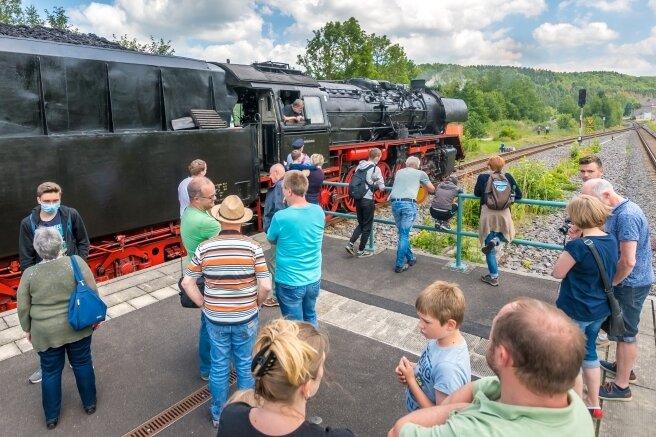 Zug zieht Eisenbahnfreunde an