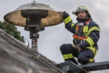 Paul Schaarschmidt vom Kreisfeuerwehrverband Erzgebirge stellt sich für das Foto an einer Sirene. Am Donnerstag, 11 Uhr, werden deutschlandweit alle Warnsysteme getestet.