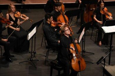 Der bekannte Cellist Jan Vogler trat mit dem Moritzburg Festival-Orchester im König-Albert-Theater in Bad Elster auf.