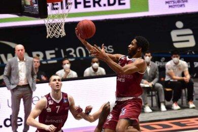 Terrel Harris (mit Ball) glänzte am Mittwochabend in der Messe Chemnitz mit acht Assists (Vorlagen). Zudem steuerte er neun Zähler zum Derbysieg gegen den MBC bei.