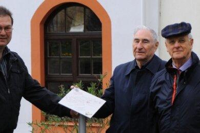 Joachim Mehnert (r.) im Jahr 2013 mit Dieter Rausendorff und Ralf Graupner beim Aufstellen von Infotafeln in Schlettau.