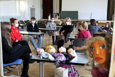 Im Kunstunterricht mit Kunstlehrerin Samantha Esche (Mitte) beschäftigten sich Schüler der Klasse 9b des Hohenstein-Ernstthaler Lessing-Gymnasiums mit einem Puppentheaterstück.