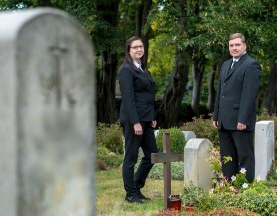 Bestattermeister Martin Schubert und seine Mitarbeiterin Miriam Beyer auf dem Friedhof Lengefeld.